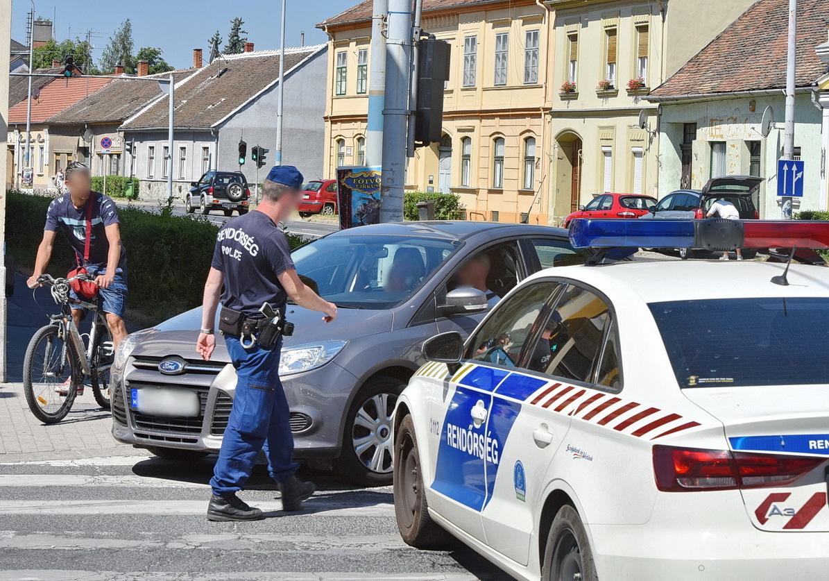 Néhány autóvezetőt nem zavart a rendőrautó, többen is megpróbáltak elslisszolni a szűk helyen
