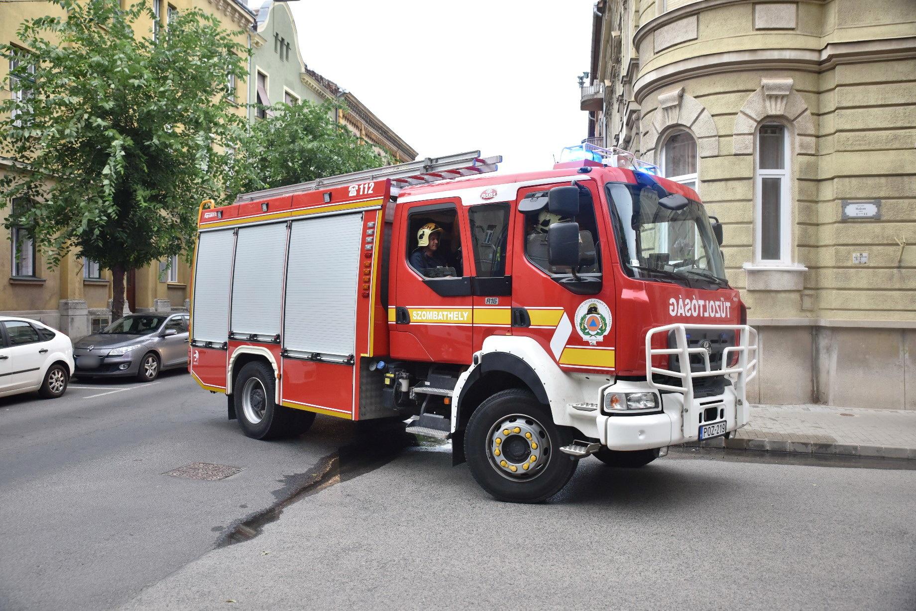 Peugeot motorterében keletkezett tűz Szombathelyen - biztonságos helyre gurult a sofőr