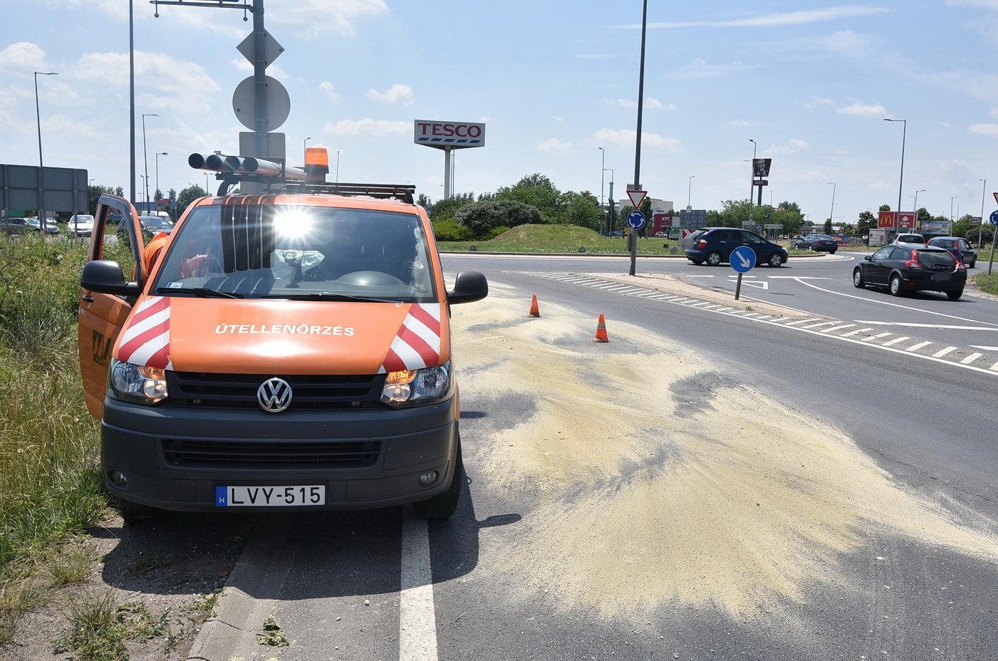 Megcsúszó járművek - Öt liter használt sütőolaj okozott galibát az M86-os autóút bevezetőjén