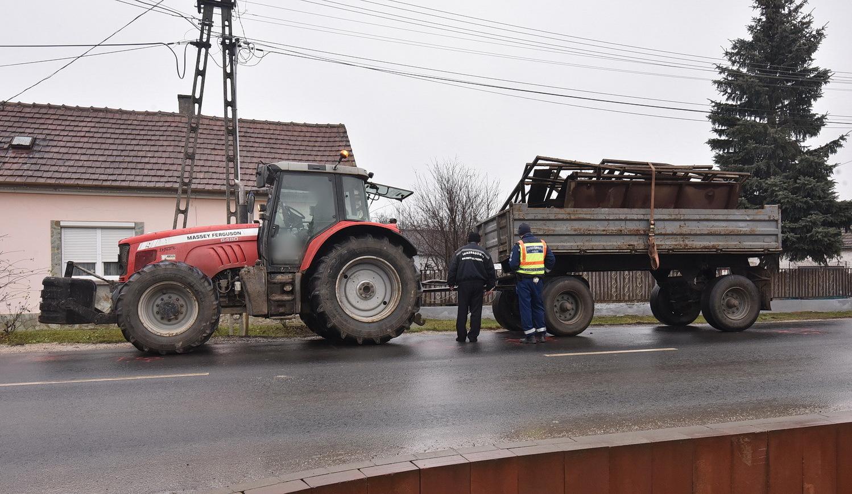 Massey Ferguson traktor ütközött Peugeot személyautóval Körmenden, a 8-as főúton